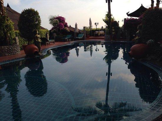 Boomerang Village Resort: Piscina alla sera