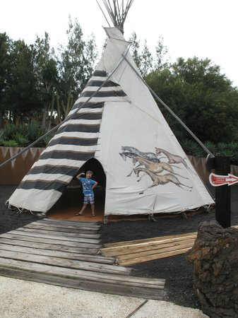 Rancho Texas Lanzarote Park : Teepee with displays inside.