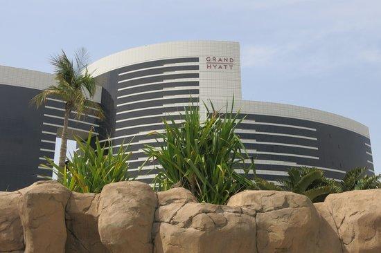 Grand Hyatt Dubai : Вид отеля со стороны бассейнов