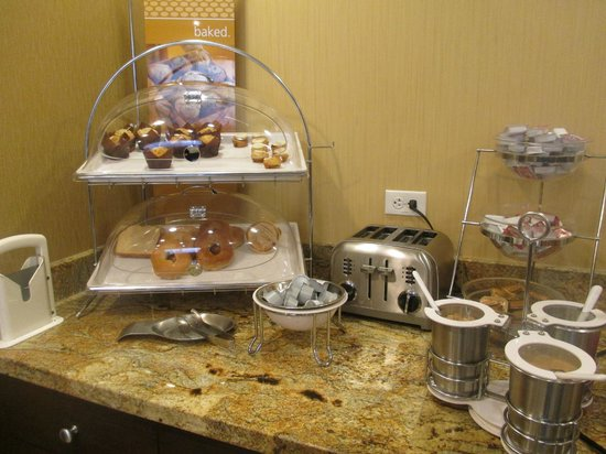 Hampton Inn Provo: Breakfast in Lobby