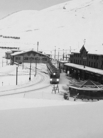 Hotel Bellevue des Alpes: Vista della stazione di Klein Scheidegg dalla camera
