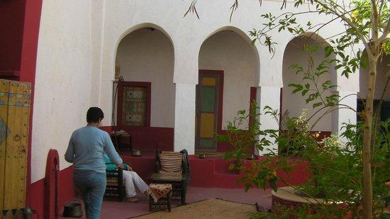 Dar Infiane: Espace commun, pas vraiment de déco ciment peint et mur blanc