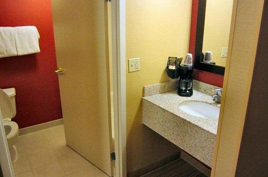 Courtyard Beckley: Bathroom