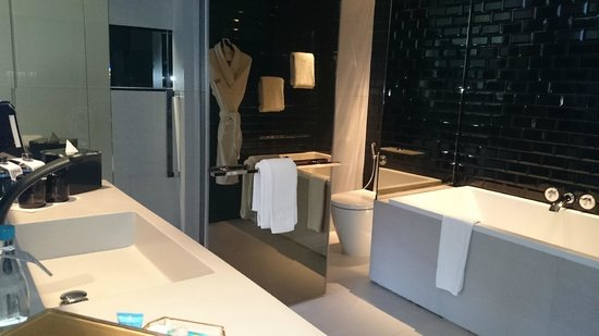 W Bangkok : Edgy open-concept bathroom