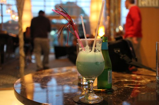 Calista Luxury Resort: Some blue cocktail at the Black bar