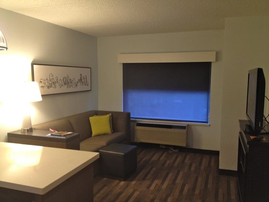 HYATT house Charlotte Airport: Living Room
