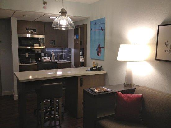 HYATT house Charlotte Airport: Kitchen/Living