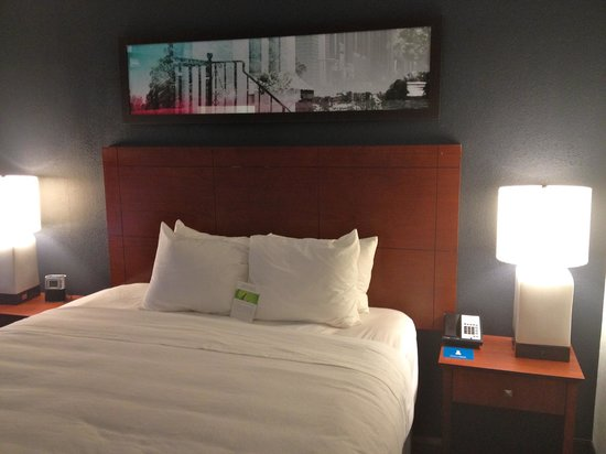 HYATT house Charlotte Airport: Comfortable Bed