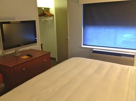 HYATT house Charlotte Airport: Bedroom, TV, Closet