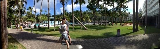 Hotel Riu Naiboa: patio y piscina