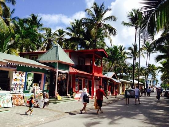 Hotel Riu Naiboa : calle caribeña de salida a la playa