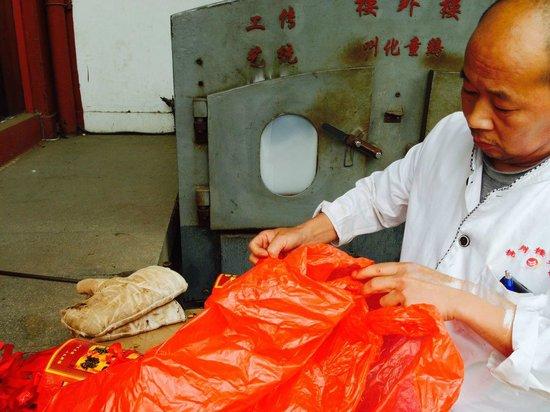 Lou WaiLou (GuShan Road) : 外にあるこのかまで鶏肉を蒸し焼きにしてる