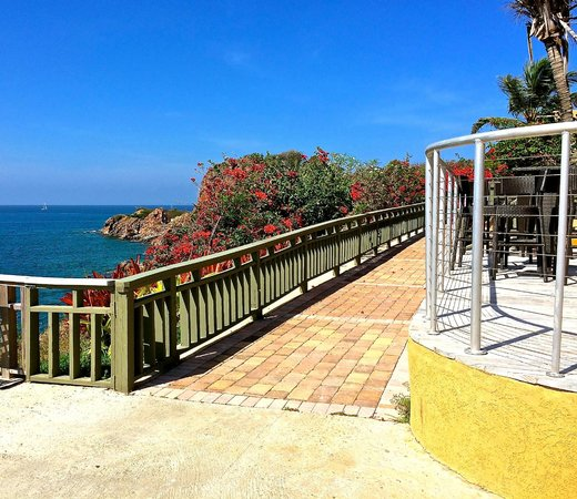Lindbergh Bay Hotel and Villas : The walkway to your room