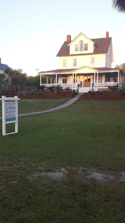 Surf Song Bed & Breakfast : The beautiful Victorian at sunrise