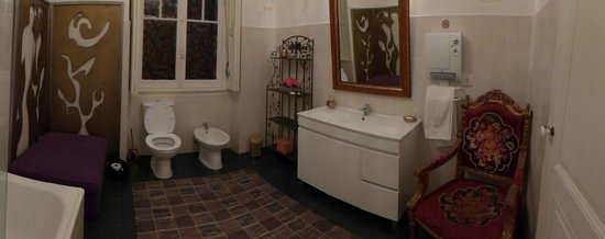 Whatever Art Bed & Breakfast : Bathroom next to room 6