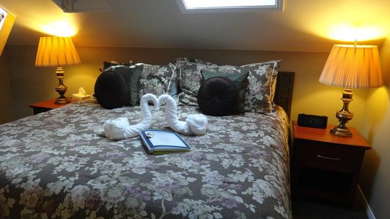 Stone Maiden Inn: Loved the swan towels and book with info about Stratford