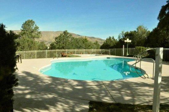 Best Western Pine Springs Inn: Pool mit Bergblick