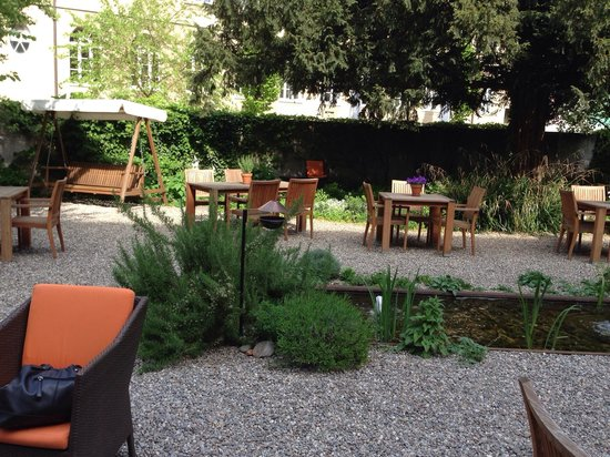 Steinenschanze Stadthotel : The gardens where you can sit and relax and enjoy a coffee or wine.