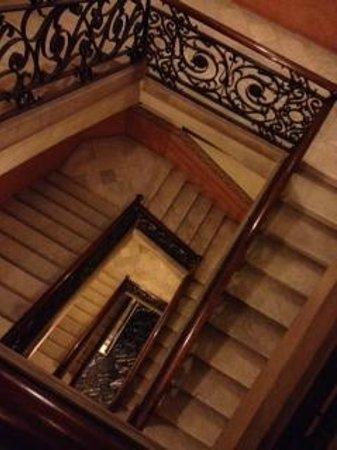 Serennia Apartamentos Ramblas - Placa Catalunya : crazy uneven stairs up to the appartment