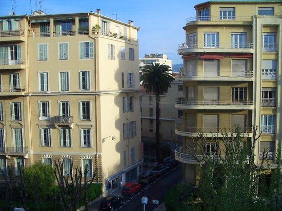 Hotel Ellington: Across the Street