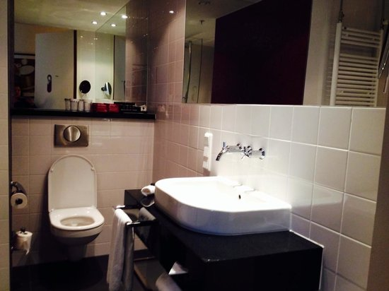 Crowne Plaza Amsterdam South : Good-sized bathroom