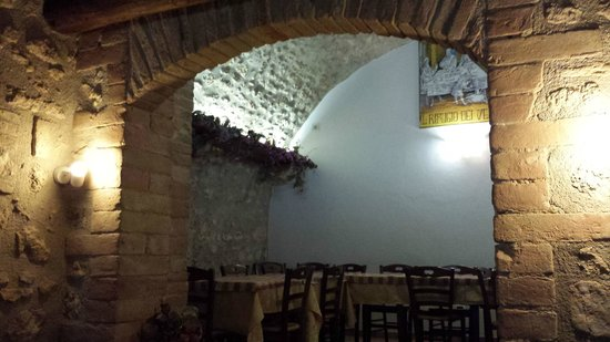 Agriturismo IL Rifugio Dei Vescovi : Sala ristarante con volte antiche