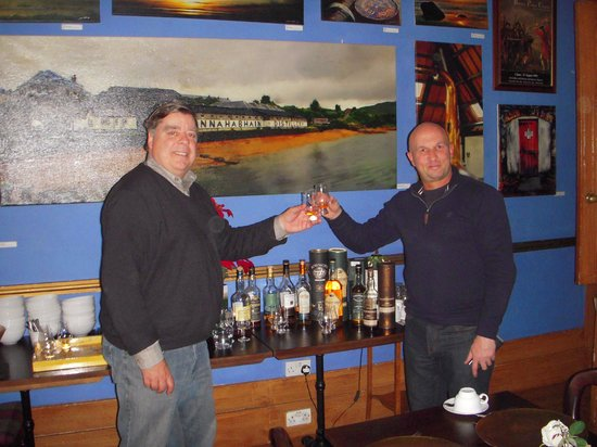 Alamo Guest House: Steve (on right) sharing a wee dram!