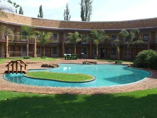 Willow View Lodge & Conference Centre: Pool side