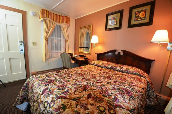 Williamstown Motel: Room with one queen bed