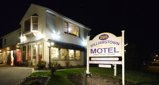 Williamstown Motel: Sign board at night