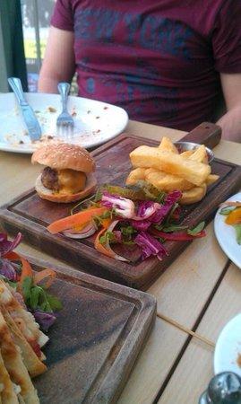 I.S. Edinburgh: Mini cheeseburgers (3 burgers served)