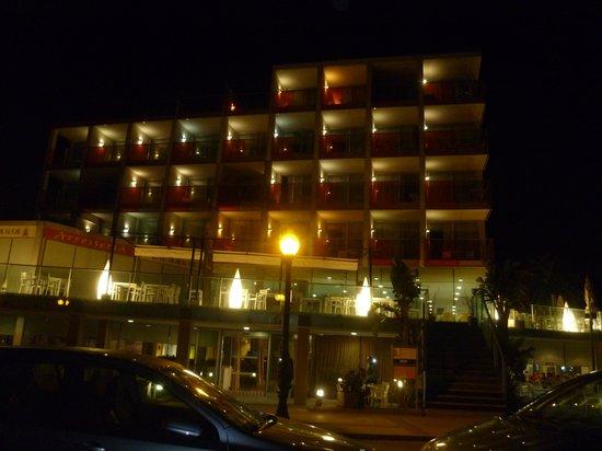 Nuba Hotel Comarruga: vista hotel  noche
