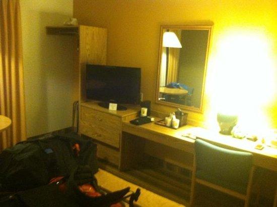 Ellis Island Hotel Las Vegas: Desk and TV