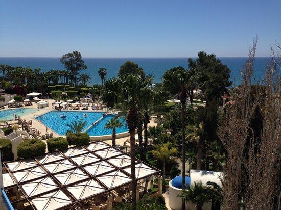 Elias Beach Hotel: utsikt mot pool och medelhavet