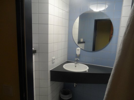 B&B Hotel Frankfurt-Hahn Airport: Bagno di una stanza