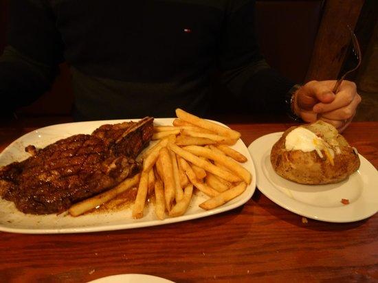 LongHorn Steakhouse: T-Bone com batatas fritas e cozida