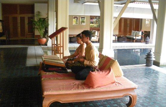 Outrigger Laguna Phuket Beach Resort: Foyer entertainment