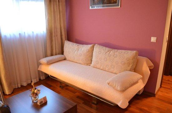 Hotel Degenija : arredi eleganti e curati