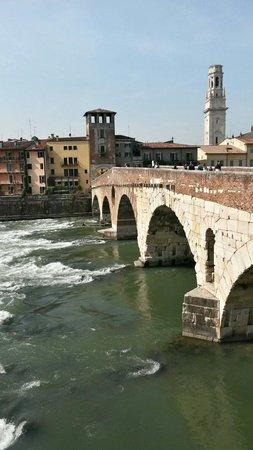 Ponte Pietra visto dalla parte del teatro romano.