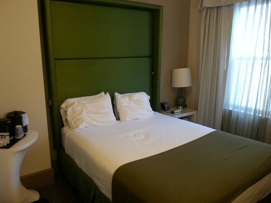 Holiday Inn Express Hotel Cass: Double room.