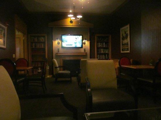 Hotel Metro: Lounge/ library/ TV area
