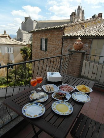 Residence La Magnolia Bed & Breakfast: Lunch on the terrazzo with Aperol Spritz