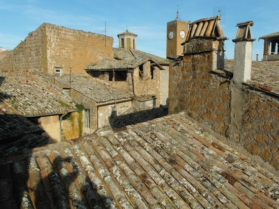 Residence La Magnolia Bed & Breakfast: The view of neighbouring roofs and the landmark Torre del Moro from our apartment terrazzo