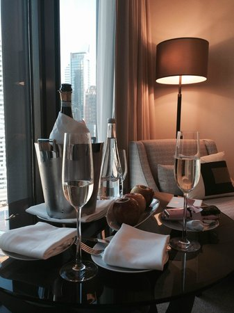 The Langham, Chicago : Bottle of bubbly, fruit and chocolate waiting for us upon check in