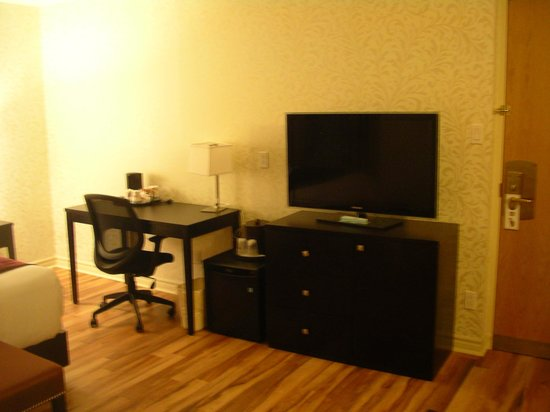 Best Western Plus Montreal Downtown-Hotel Europa : Work desk and TV