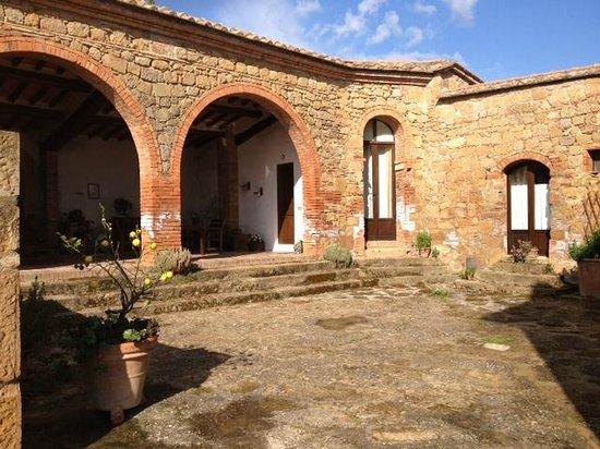 Agriturismo Lucignanello: corte su cui affacciano le camere