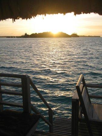 InterContinental Bora Bora Le Moana Resort: Sunrise from bungalow porch