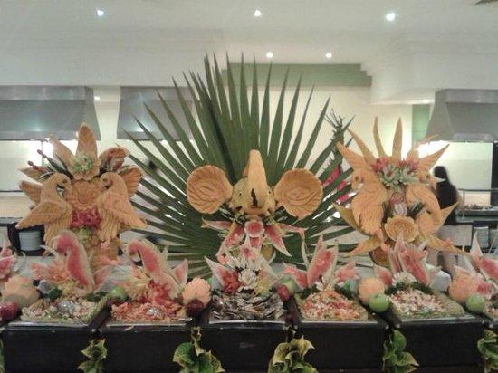 Grand Palladium Punta Cana Resort & Spa: Decoracion con frutas en el buffete!!!