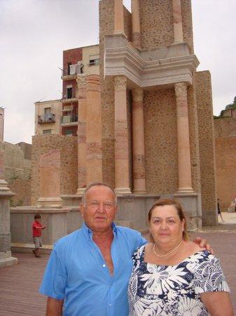 Museo Del Teatro Romano: vista del Teatro y la Catedral vieja derruida en la Guerra Civil