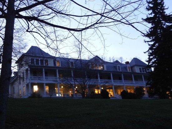 Balsam Mountain Inn & Restaurant: Twilight view of the hotel